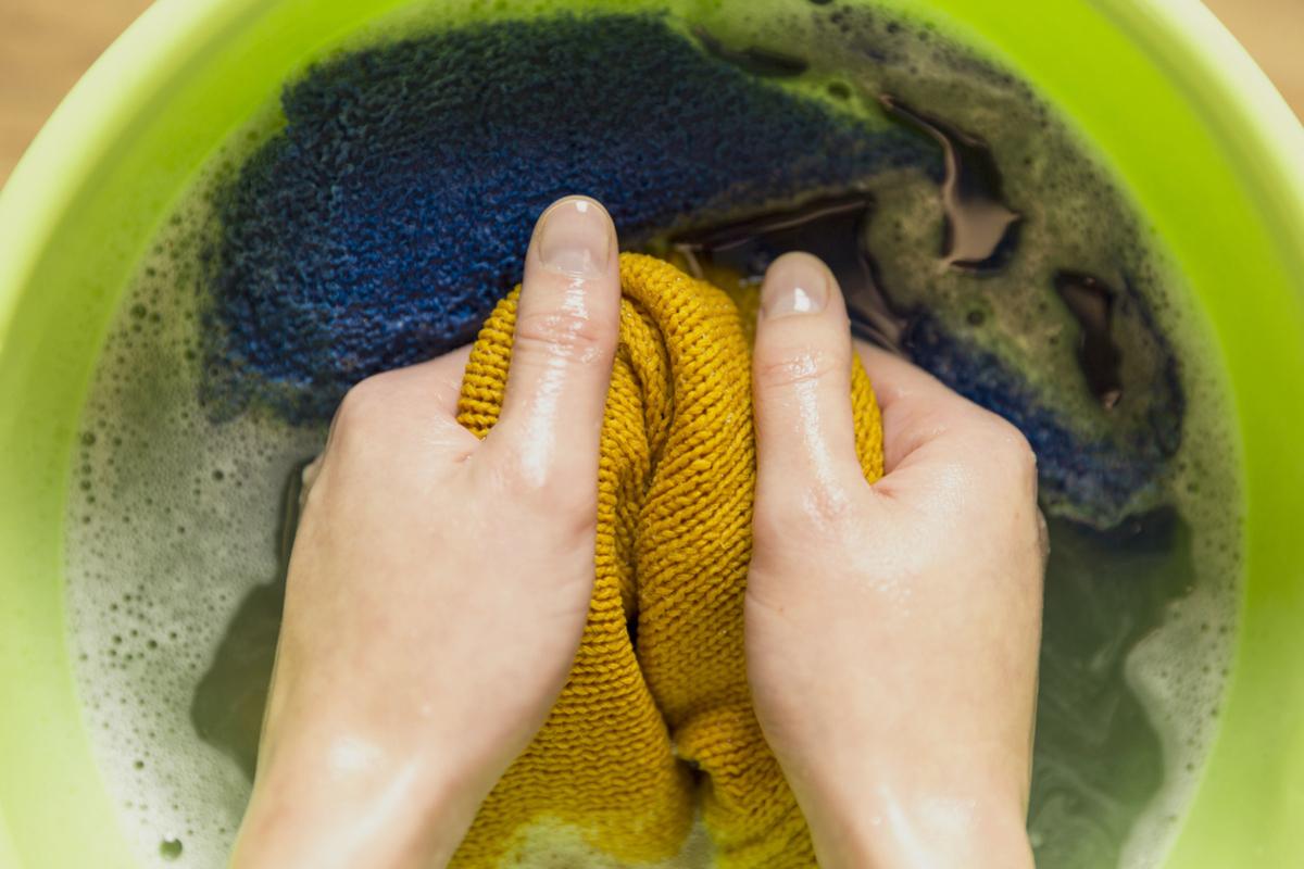 Eliminando manchas de aceite de la ropa