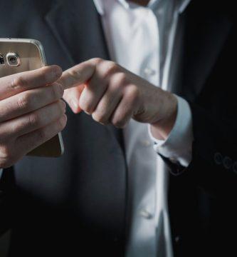 Social Media Manager con un teléfono
