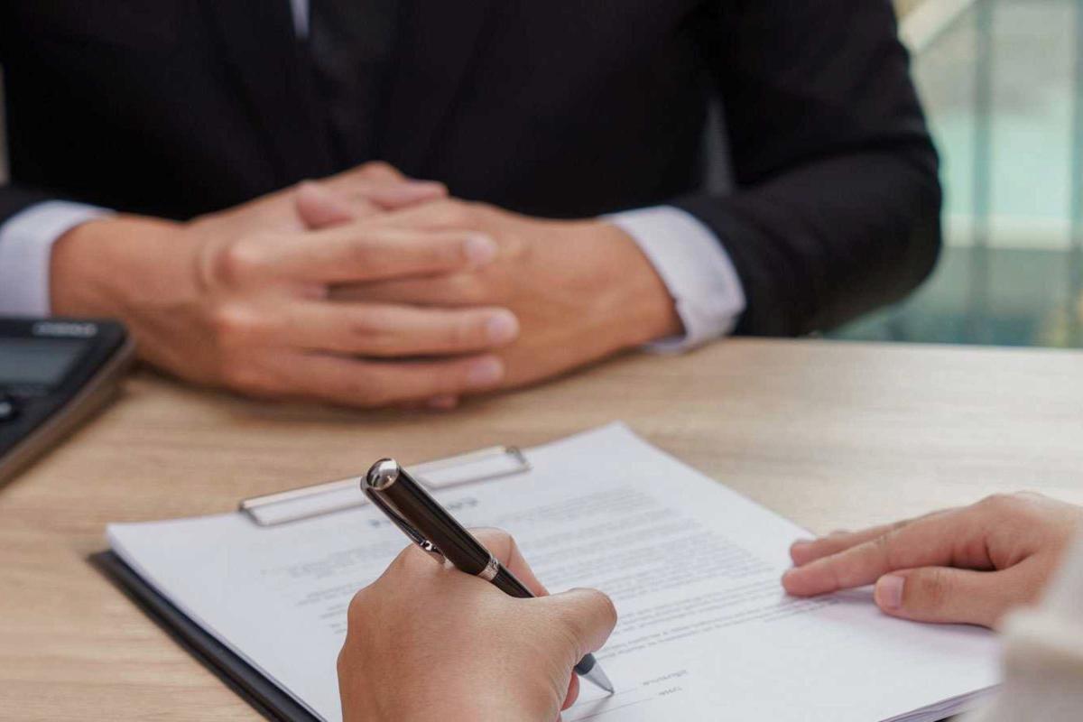 Formalizando una hipoteca después de calcular todos los gastos de hipoteca